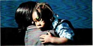 Frau mit Kind auf dem Arm