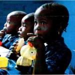 Kinder beim gemeinschaftlichem Essen