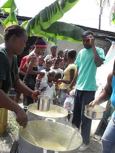 Essensausgabe in einem SOS Gemeindezentrum: Haiti